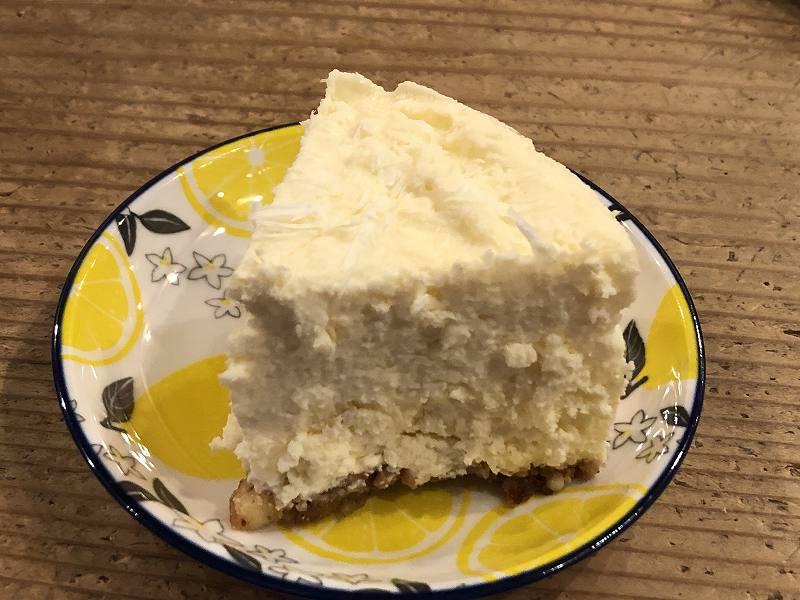 糖質70%オフ!ISUPREMEの、低糖質な極厚チーズケーキのカット